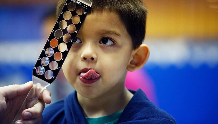 revisión niños programa salud ocular fundación IMO