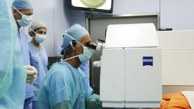 Los doctores José Luis Güell y Daniel Elies ofrecieron una sesión de cirugía en directo en la que mostraron ante un centenar de asistentes su experiencia en la realización de la técnica Relex SMILE.