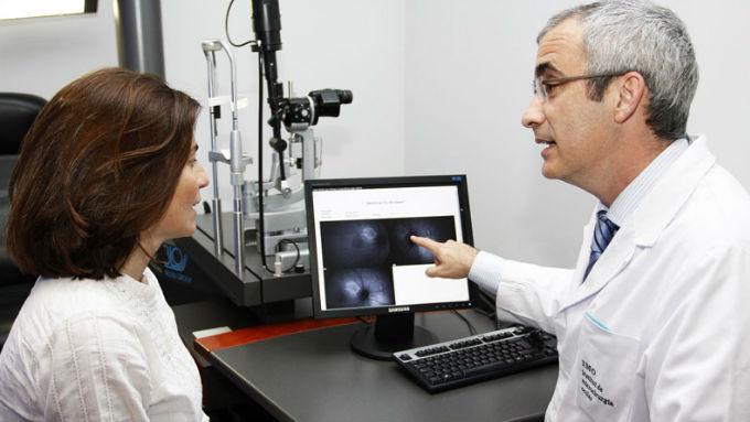 El libro publicado por los oftalmólogos de IMO busca promover el diagnóstico precoz de la DMAE, crucial para mejorar su pronóstico y  reducir el impacto en la calidad de vida de los afectados